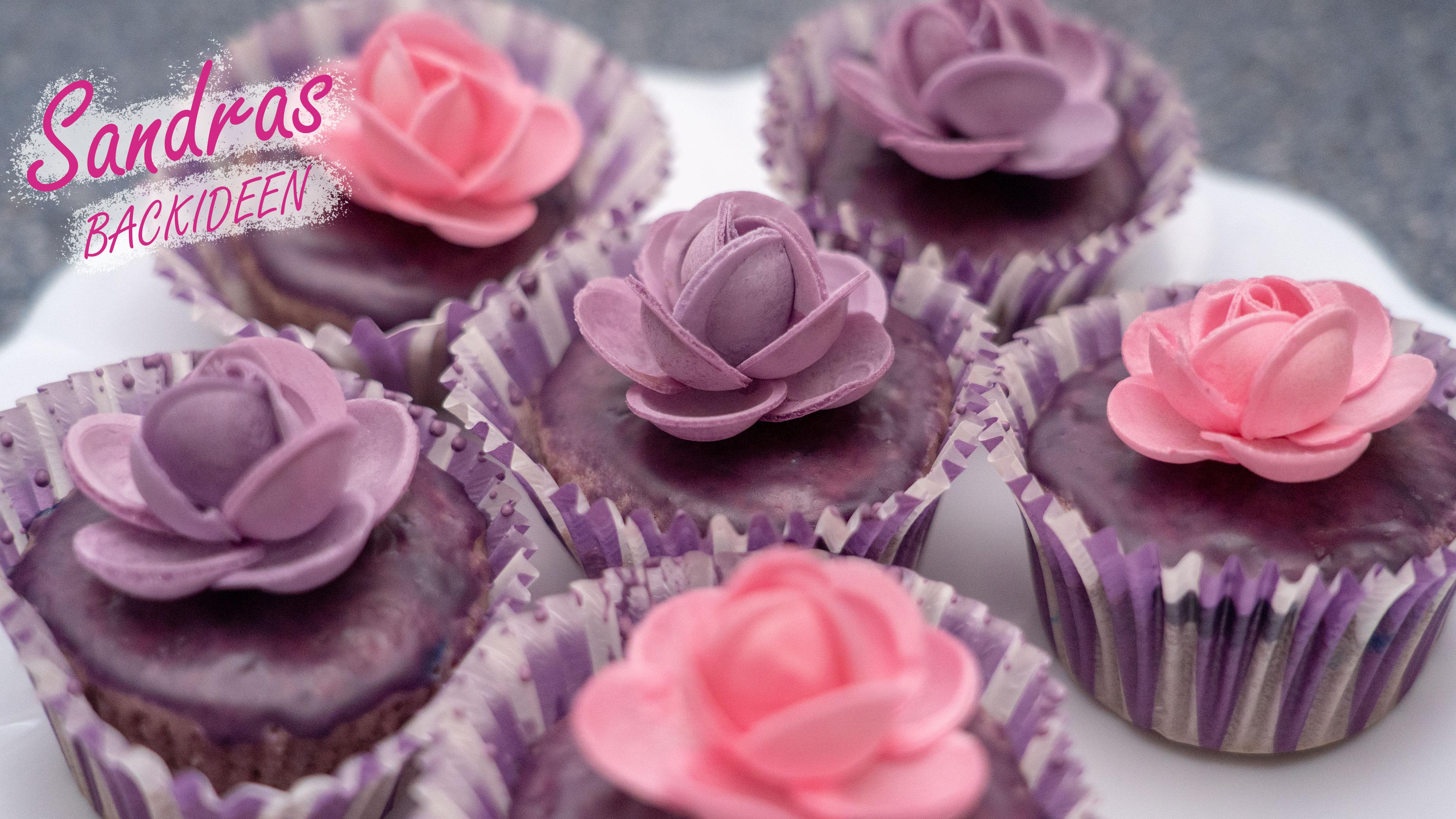 Lila Muffins mit Blüte