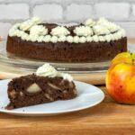 Schokoladenkuchen mit Apfel und Nuss